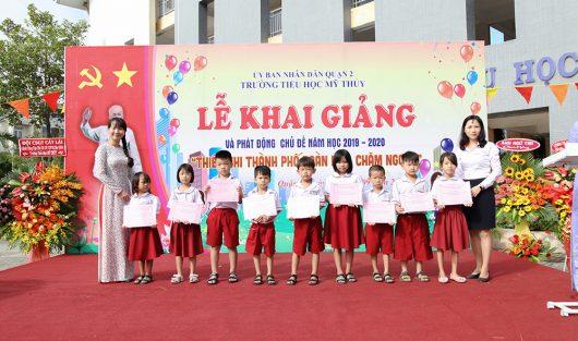 "CLUB ""ẤM TÌNH YÊU THƯƠNG"" (WARM WITH LOVE) AWARDING SCHOLARSHIPS IN CELEBRATION OF THE NEW SCHOOL YEAR"