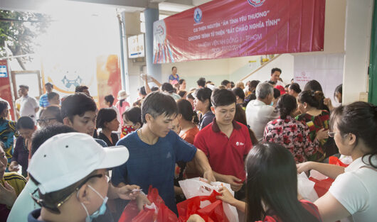 """""""ẤM TÌNH YÊU THƯƠNG – WARM WITH LOVE"""" VOLUNTEER CLUB GIVE FREE 509 PORTIONS (INCLUDING RICE SOUP AND FRESH MILK) FOR PATIENTS AT CHILDREN'S HOSPITAL 1"""