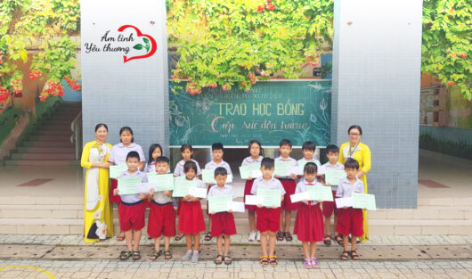 THE CHARITY CLUB WARM WITH LOVE SUPPORTED MY THUY PRIMARY SCHOOL IN DISTRICT 2 TO AWARD 30 SCHOLARSHIPS TO POOR STUDENTS OVERCOMING DIFFICULTIES