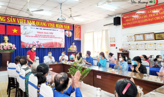 """CHARITY CLUB WARM WITH LOVE BRINGS """"SPRING OF LOVE, TET FOR EVERY HOME"""" TO THE POOR IN CAT LAI WARD"""